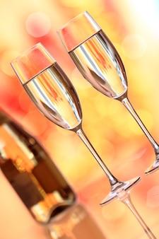 Twee champagneglas tegen kerstmisachtergrond