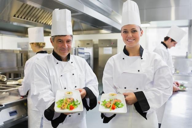 Twee chef-kok's zalm gerechten