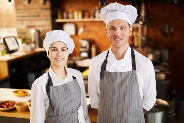 Twee chef-koks posng