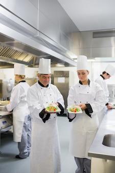 Twee chef's houden hun zalmschotels vast