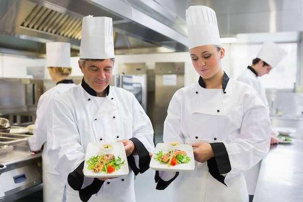 Twee chef's presenteren hun zalmgerechten