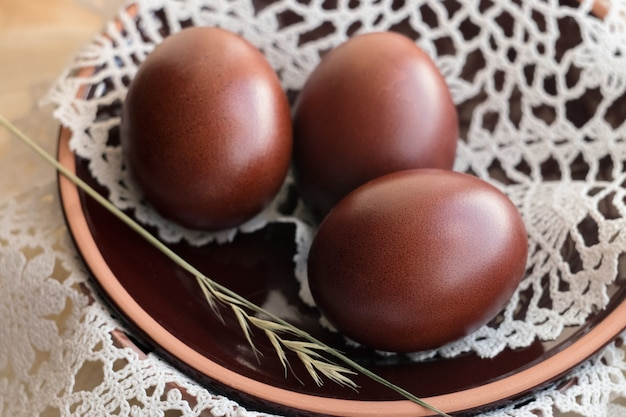 Twee chocolade-eieren op schotel
