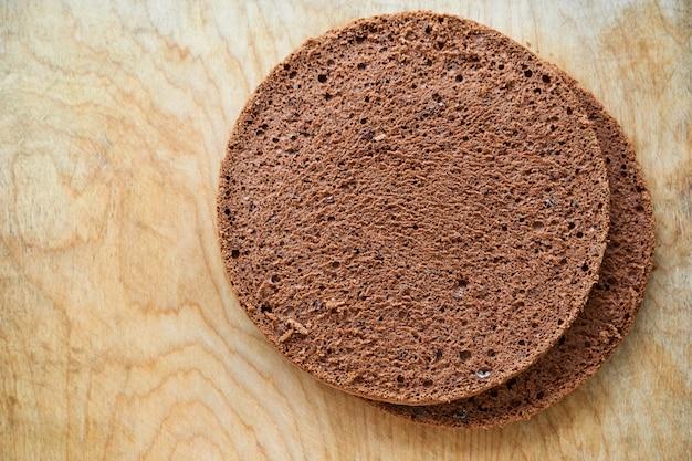 Twee chocoladebiscuitgebak op oude houten achtergrond