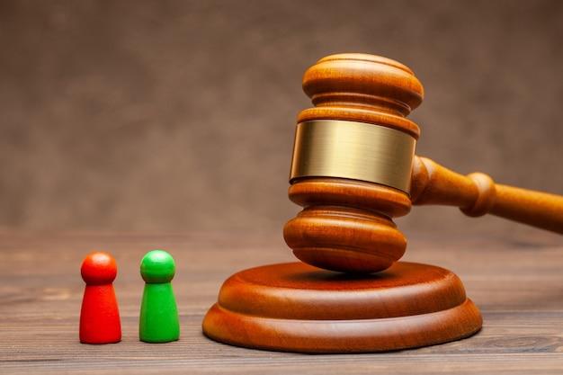 Twee cliënten worden beschuldigd en een officier van justitie die het geschil beslecht.