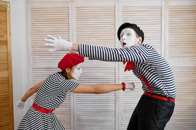 Twee clowns, mimespelers, boksparodie, komedie