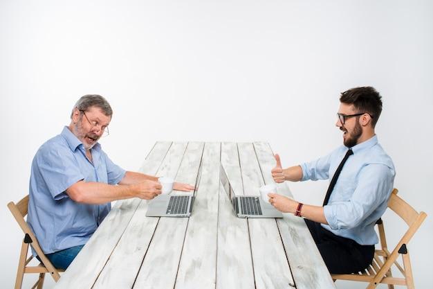 Twee collega's werken samen aan het project