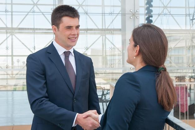 Twee collega's zeggen hallo tegen elkaar