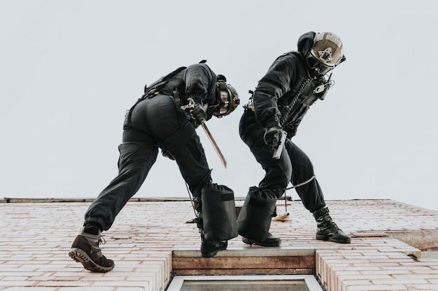 Twee commando's trainen op de basis. klimmers. swat, politie, terrorismebestrijding concept. gemengde media
