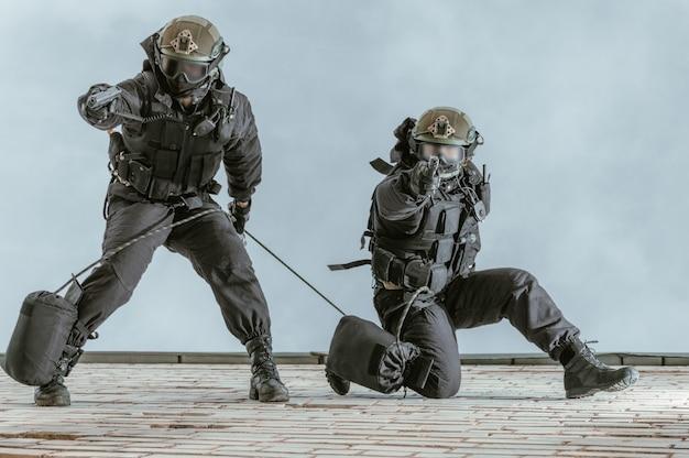 Twee commando's trainen op de basis. klimmers. swat, politie, terrorismebestrijdingsconcept.