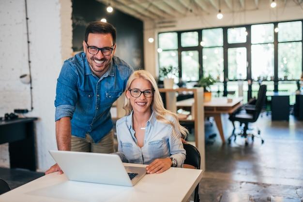 Twee creatieve eigenaren van kleine bedrijven op het werk.