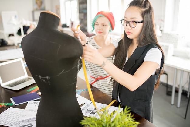 Twee creatieve jonge vrouwen in workshop