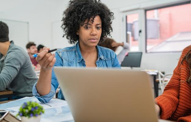 Twee creatieve vrouwelijke partners bespreken ideeën