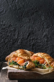 Twee croissant met zalm