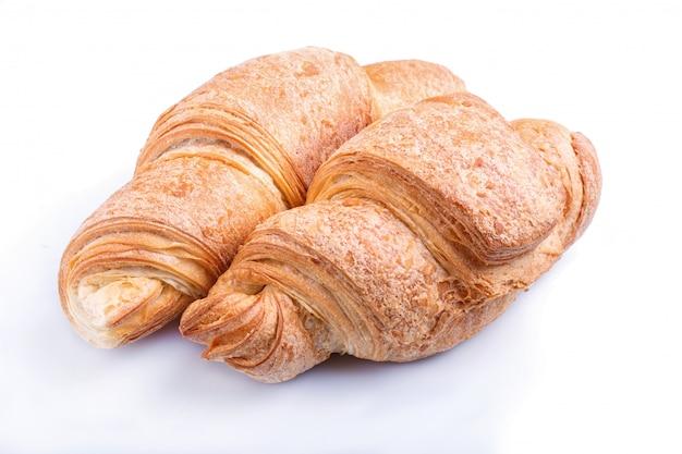 Twee croissants die op witte achtergrond worden geïsoleerd