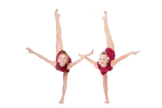Twee dansersmeisjes die zich terugvinden