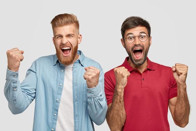 Twee dolgelukkige mannen hebben triomfantelijke blije uitdrukkingen, balken met succes