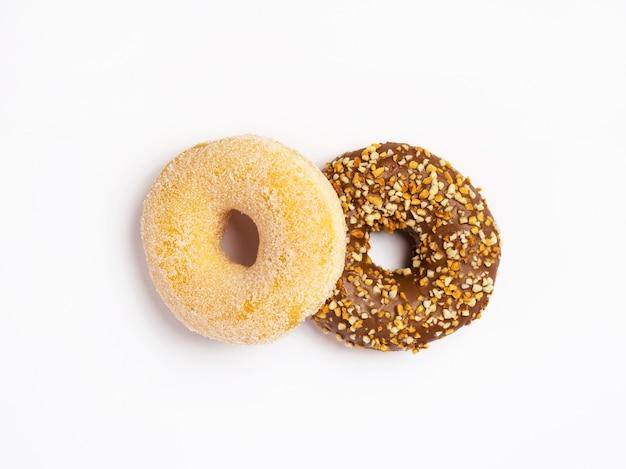Twee donuts geïsoleerd op wit oppervlak, bovenaanzicht