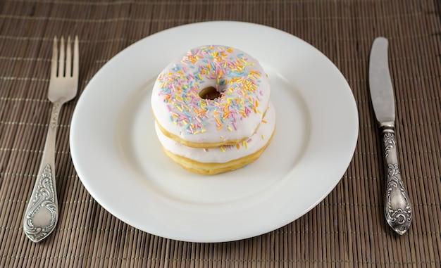 Twee donuts met mes en vork