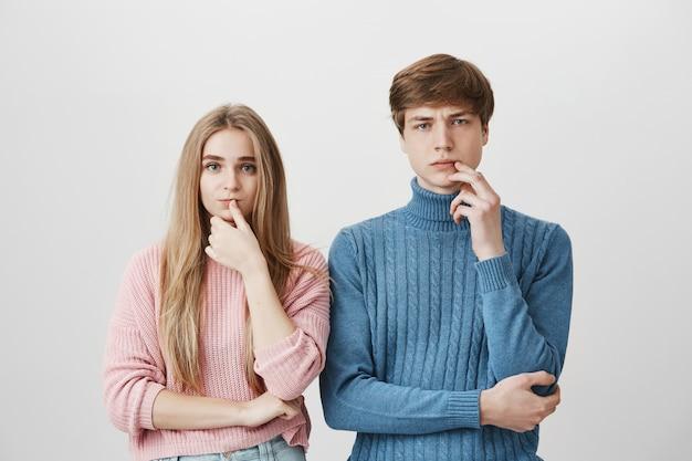 Twee doordachte mensen, jongen en meisje denken, besluit nemen