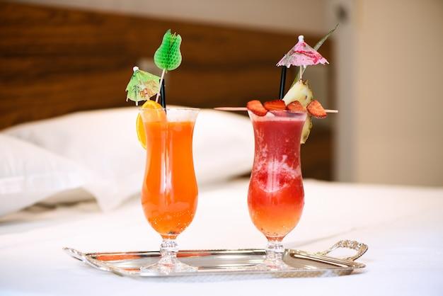 Twee drankjes op bed kamer hotel