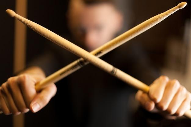 Twee drumsticks kruisen