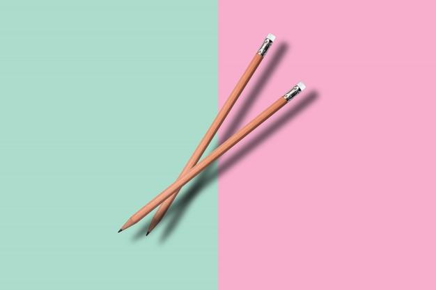 Twee een potlood op colore achtergrond