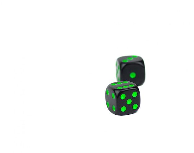 Twee eenvoudige zwarte dobbelstenen geïsoleerd op een witte achtergrond