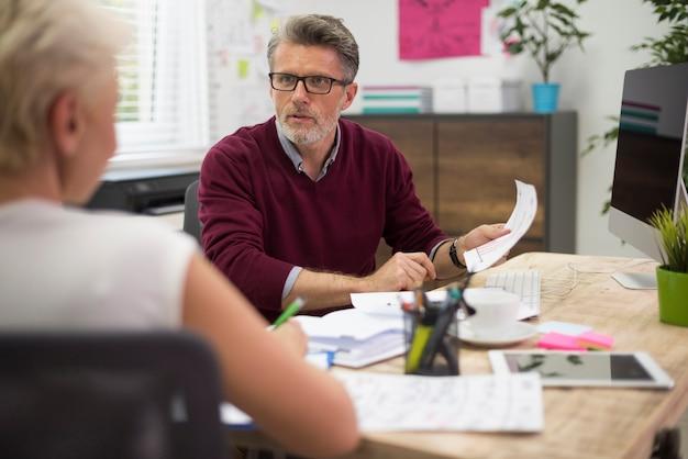 Twee eigenaren werken samen op kantoor