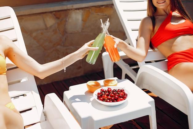 Twee elegante en stijlvolle meisjes op een resort