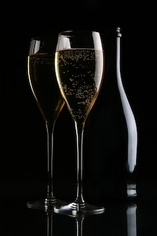 Twee elegante glazen met gouden champagne