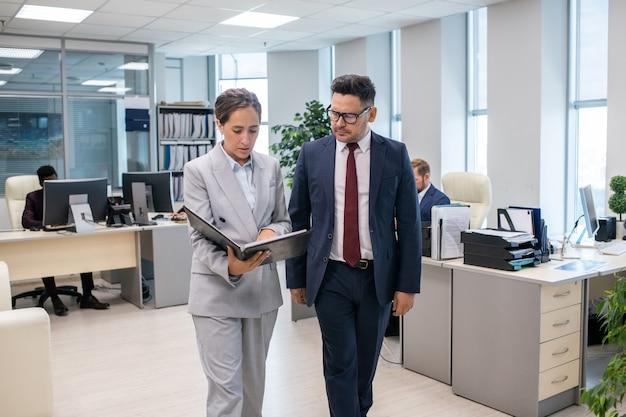 Twee elegante medewerkers bespreken nieuw contract van vrouw