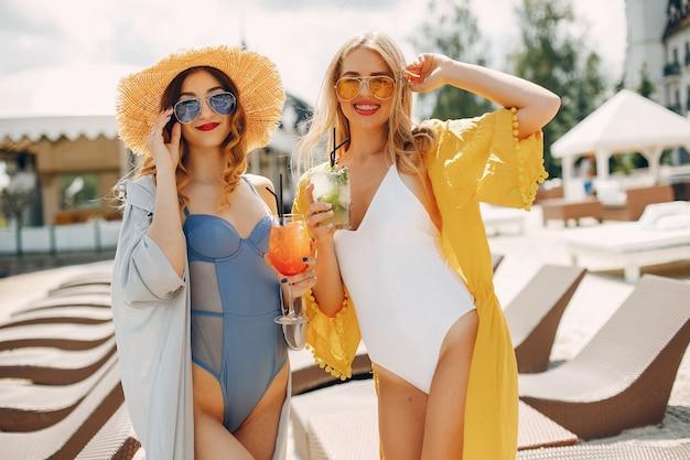Twee elegante meisjes op een resort