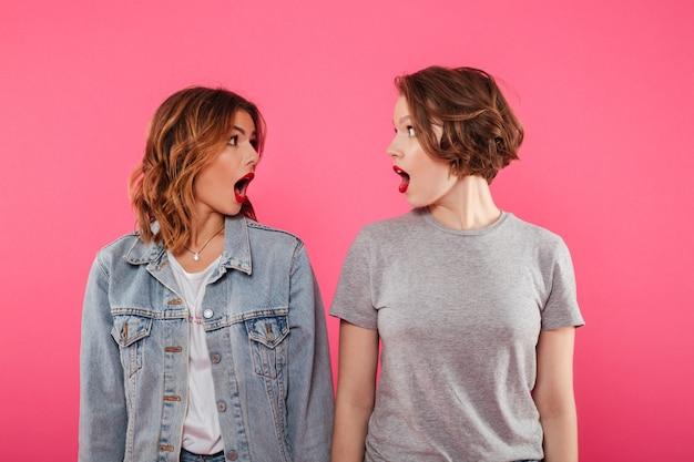 Twee emotionele vrouwen geschokt