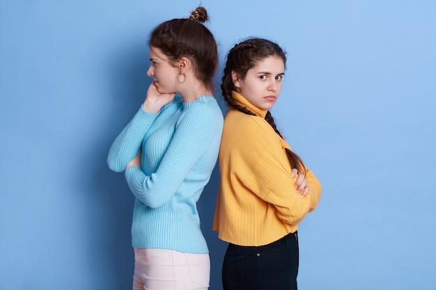 Twee europese meisjes die in hun relatie een conflict doormaken