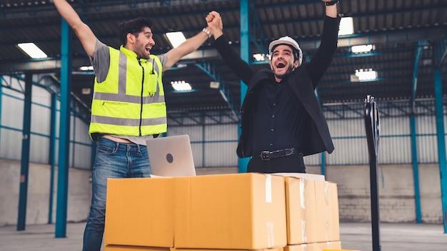Twee fabrieksarbeiders vieren succes samen in de fabriek