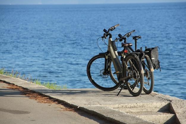 Twee fietsen in de buurt van de zee zomer reizen vakantie concept