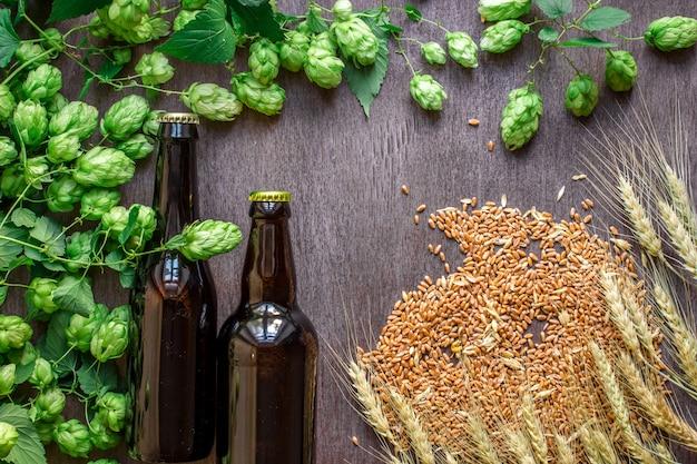Twee flessen bier met tarwe en hop