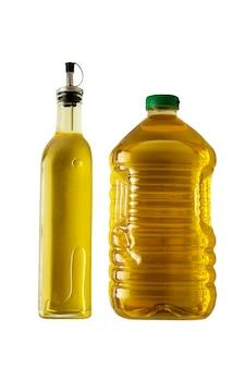 Twee flessen olie - olijfolie en zonnebloemolie. koken ingrediënten. olie geïsoleerd.