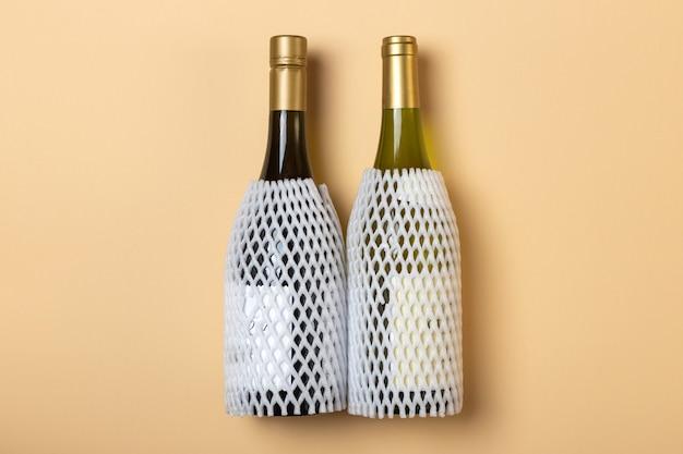 Twee flessen wijn met draaghoes