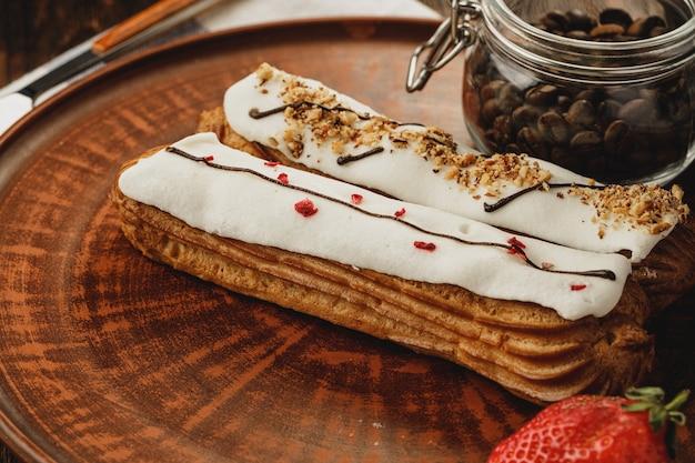 Twee franse eclair taarten in een plaat close-up