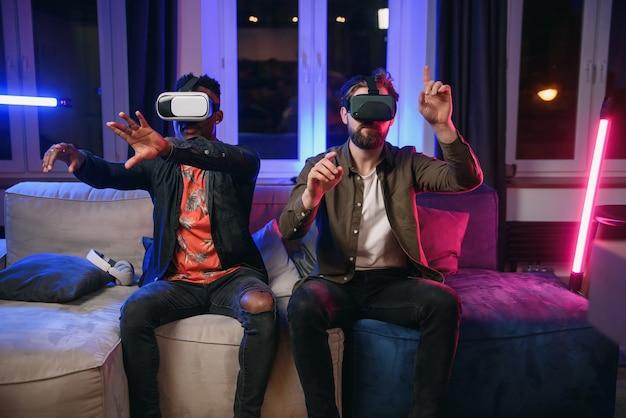 Twee freelancers, ontwikkelaars die plezier hebben en werken aan een nieuwe app voor virtual reality-brillen