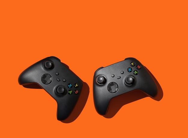 Twee gamepads voor computerspelletjes voor modern online entertainment