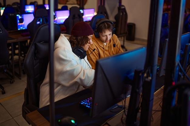 Twee gamers die plezier hebben in de gameclub