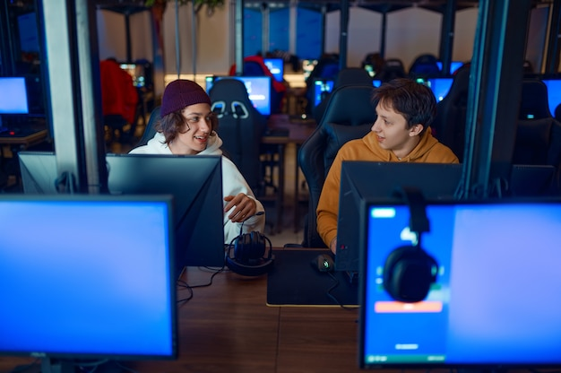 Twee gamers spelen op computers in gamingclub