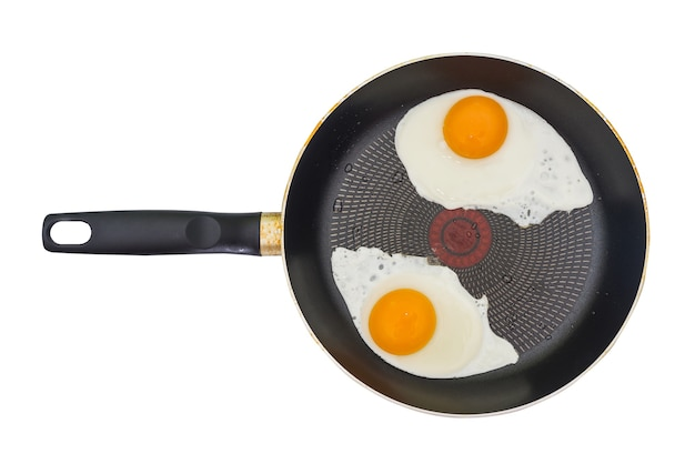 Twee gebakken eieren in een koekenpan op wit wordt geïsoleerd. bovenaanzicht. gebakken eieren van twee eieren.