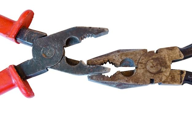 Twee gebruikte roestige versleten tangen die elkaar op een witte achtergrond bijten