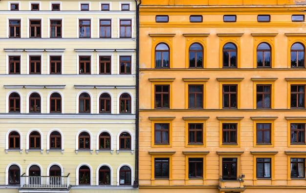 Twee gecombineerde gevels van gebouwen, oude europese stad.