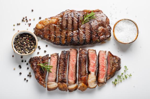 Twee gegrilde gemarineerde biefstukjes, striploin.