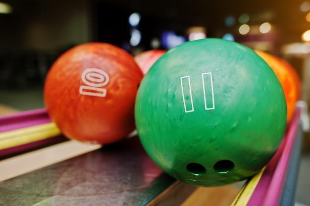 Twee gekleurde bowlingballen van nummer 11 en 10