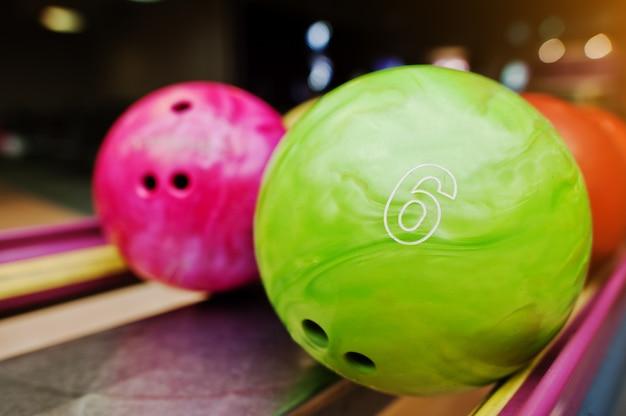 Twee gekleurde bowlingballen van nummer 6 en 7. kinderbal voor bowlen